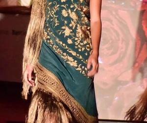 manton verde con gran fleco llevado como vestido