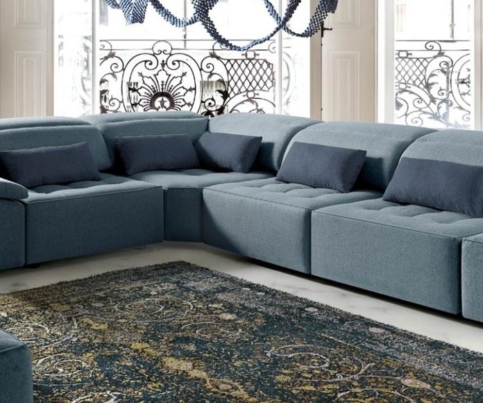 Diseño informal, ideal para ambientes contemporáneos, con versatilidad de combinación de telas y múltiples composiciones.