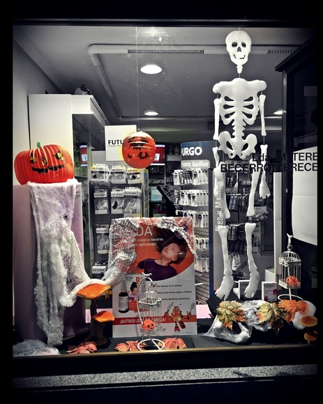 Escaparate Halloween }}