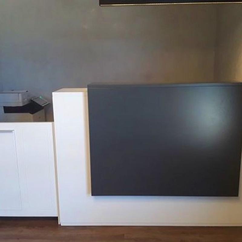 Mueble de recepción, con esritorio en parte trasera, puerta lateral y doble frontal en dos colores.