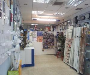 Exposición de artículos de iluminación en tienda