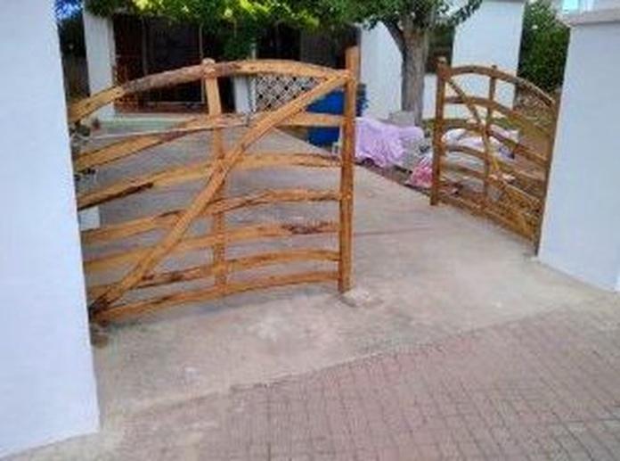 """instalacion nuevas """"barreras menorquinas"""" en entrada chalet: Servicios profesionales de Lluis Saurina Reformas Integrales"""