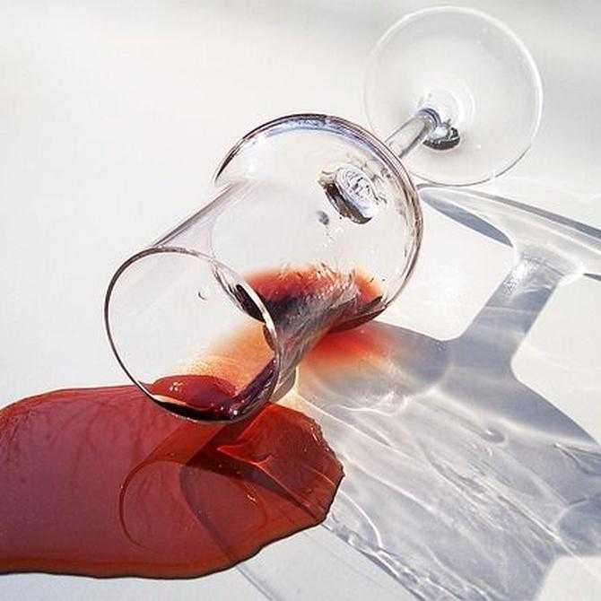 Cómo eliminar las manchas de vino tinto