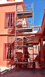 Andamio ligero de aluminio en Liceo Taoro para tareas de mantenimiento