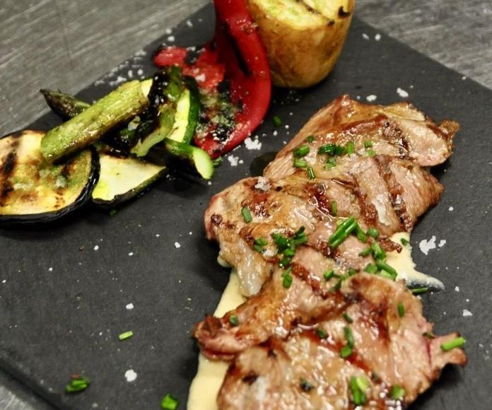 Abanico de cerdo ibérico a la brasa, con salsa de Oporto y su guarnición.