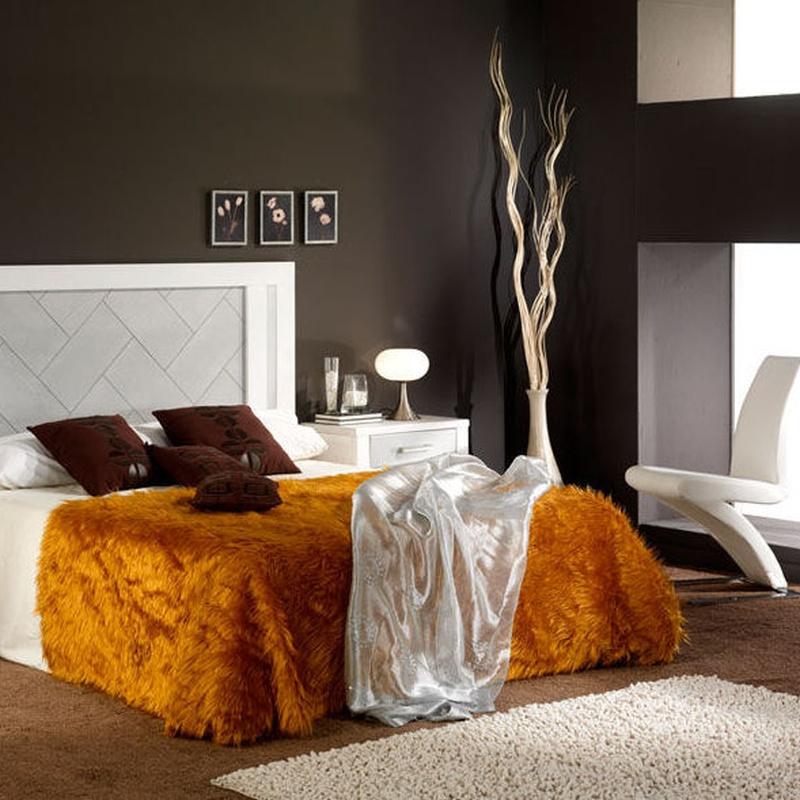Dormitorio en castaño macizo, lacado en blanco combinado con plata.