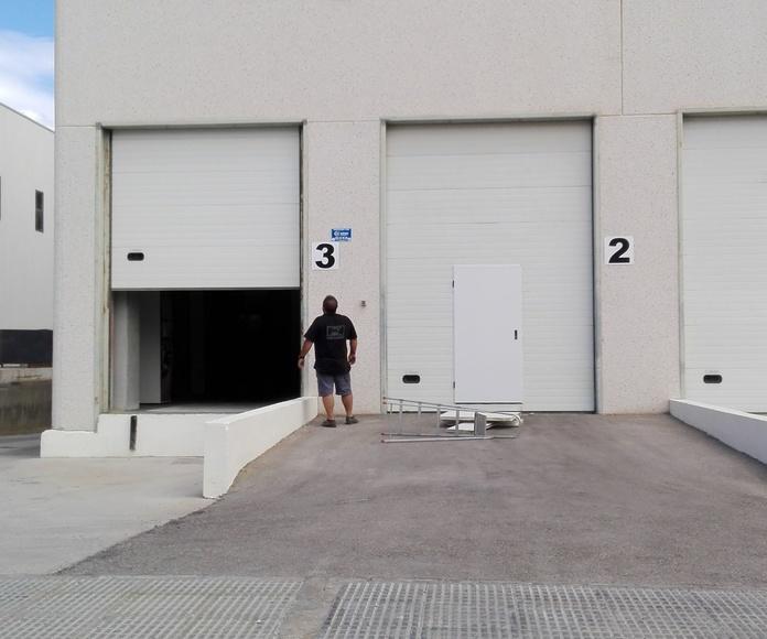 Puerta peatonal en seccional dintel alto