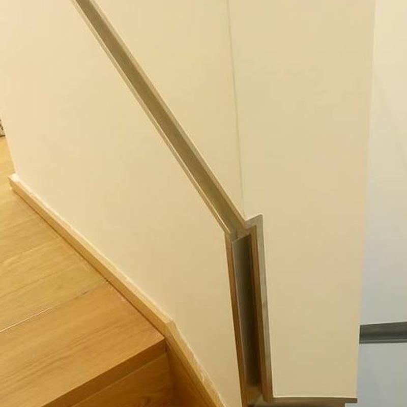 Pasamanos de acero inoxidable  con diseñado adaptado a la falta de espacio de escalera estrecha.