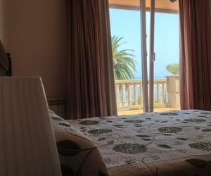 Dormitorio doble con salida a la terraza privada y con vistas al mar