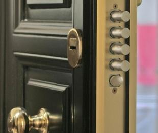 Puerta acorazada KIUSO K100 Lisa Sapely/Sapely, instalada