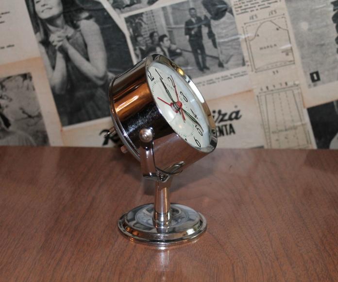 Reloj a cuerda cromado con peana.: Artículos  de Ruzafa Vintage