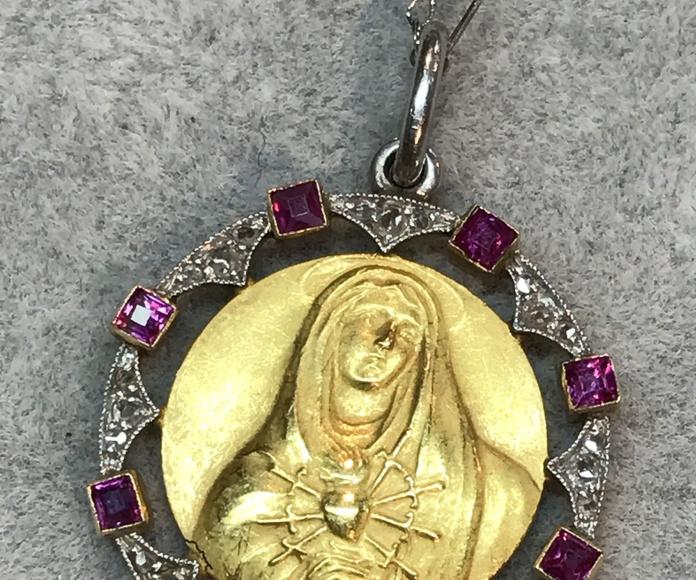 Medalla Art Déco en platino oro diamantes y rubies