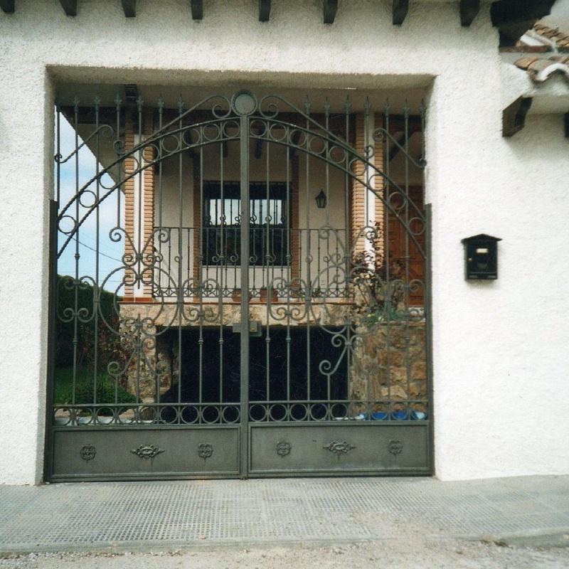 Puerta abatible en dos hojas de forja