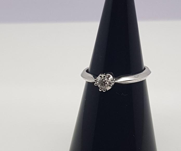 Solitario oro blanco y diamante talla brillante de 0.15 Cts.