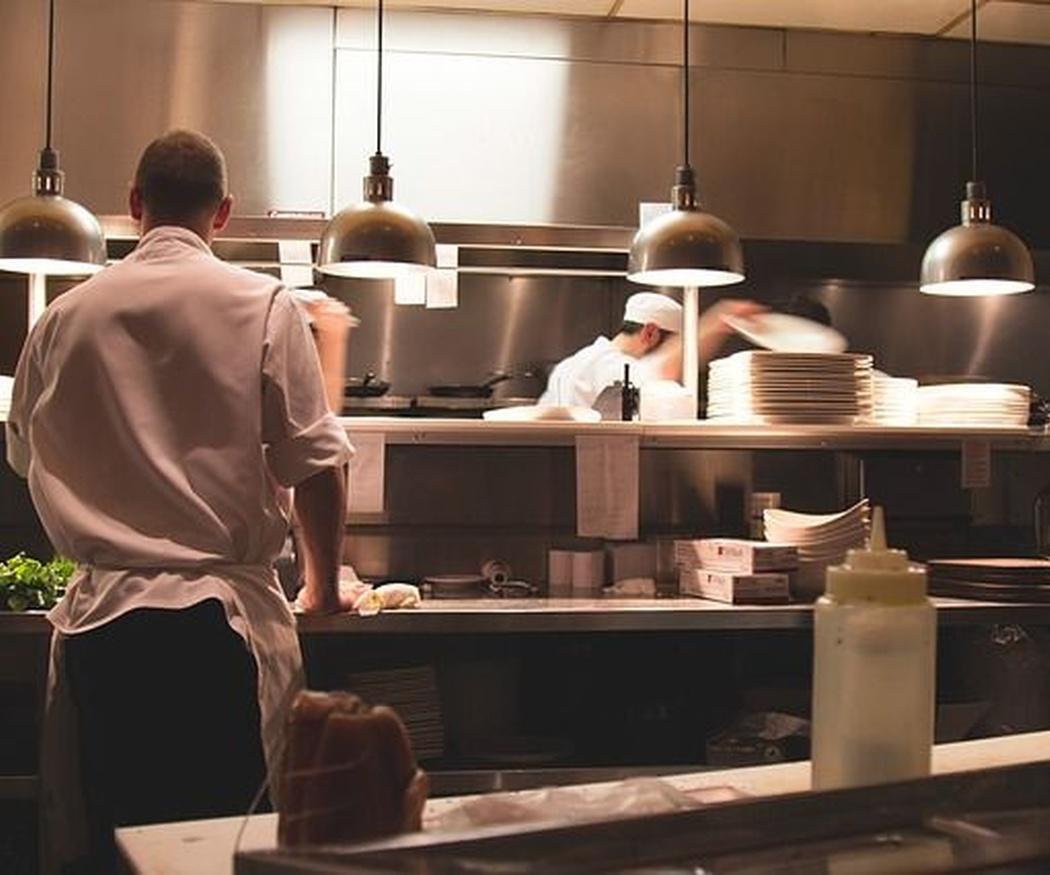 La importancia de mantener limpia la cocina de un restaurante