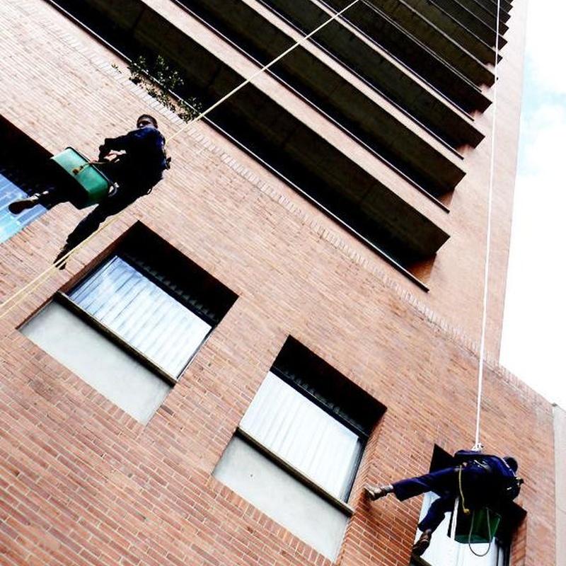 Limpiezas fachadas y cristales: Servicios de limpieza de TLQ Servicios
