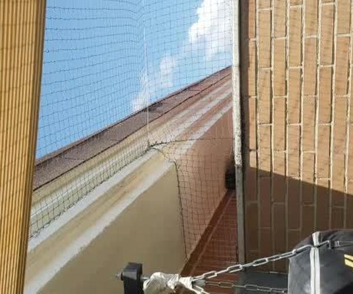 Desde hace unos años, cada vez es más frecuente ver en ventanas y balcones redes. Bien colocadas garantizan la seguridad de nuestro gato.