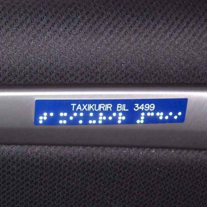 Información en braille en el interior de los taxis de Madrid