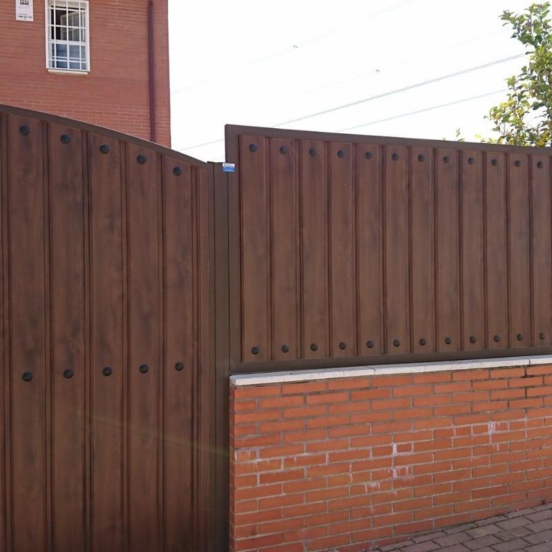 Valla sobre muro: Trabajos de Cerrajería Alberto Bautista