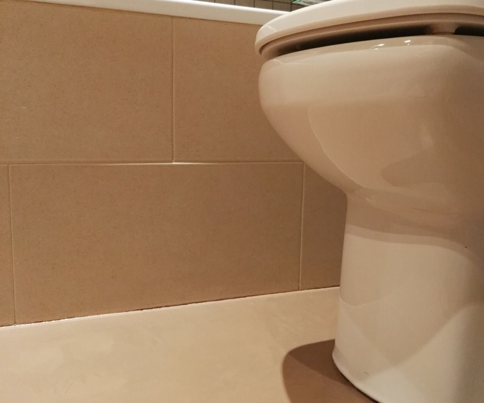 Microcemento MICROQUARZ - Suelo de baño color Marrón acabado satinado.