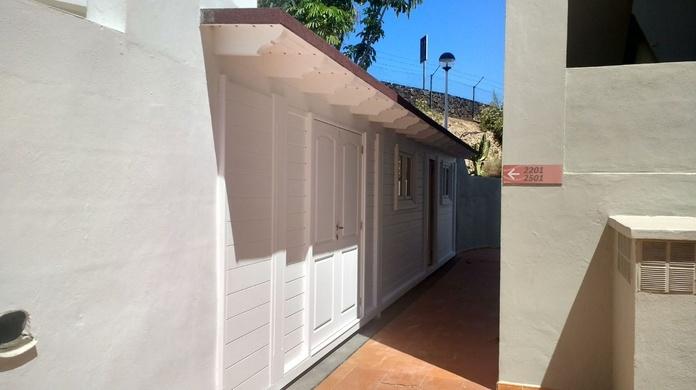Ampliación Madera Hotel Sur pintado en blanco
