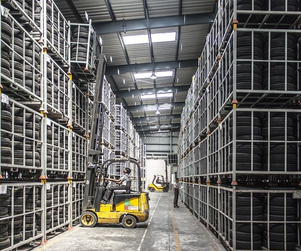 El orden en un almacén con carretillas elevadoras