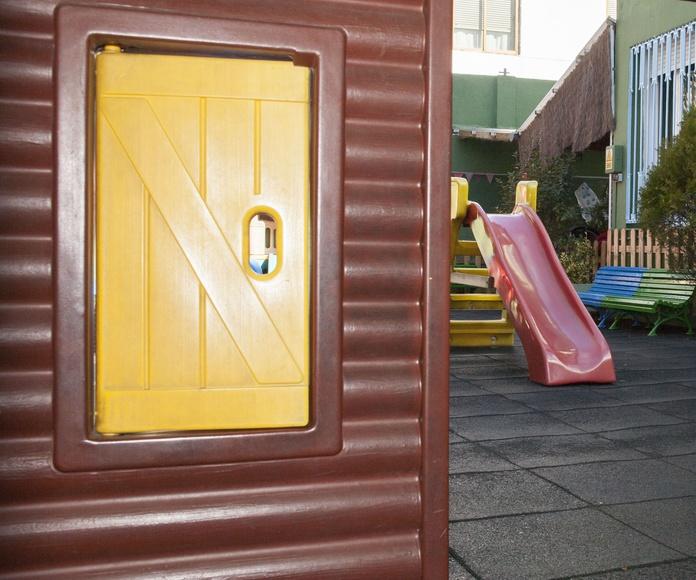 Patio exterior con casita toboganes y juegos