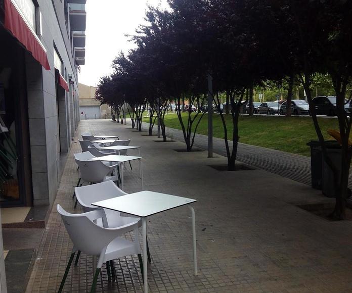 Terraza A la Cazuela con árboles florescidos