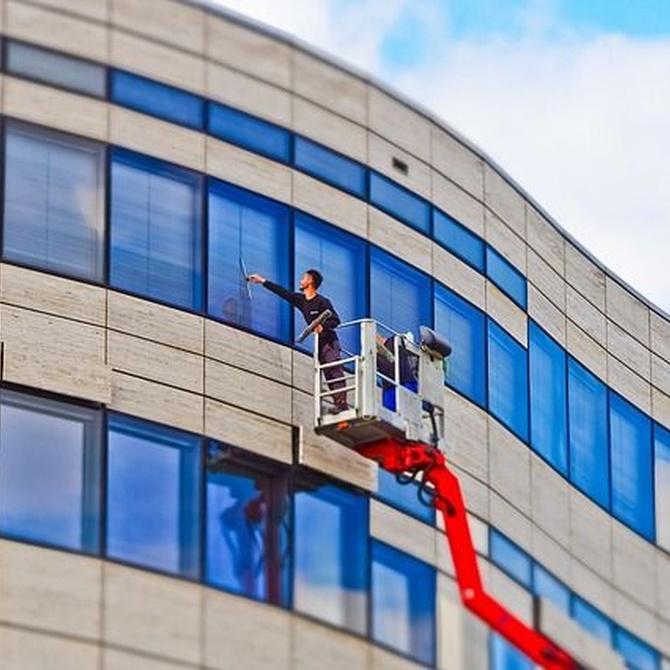 Descubre cómo los profesionales limpian a grandes alturas
