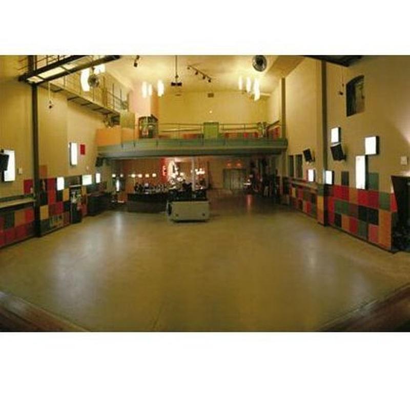 Espacio diáfano, a doble altura, capaz de albergar las necesidades del café teatro.