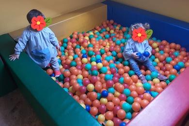 Juego en la piscina de bolas