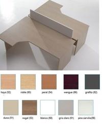 Mesas angulares compactas enfrentadas con separador