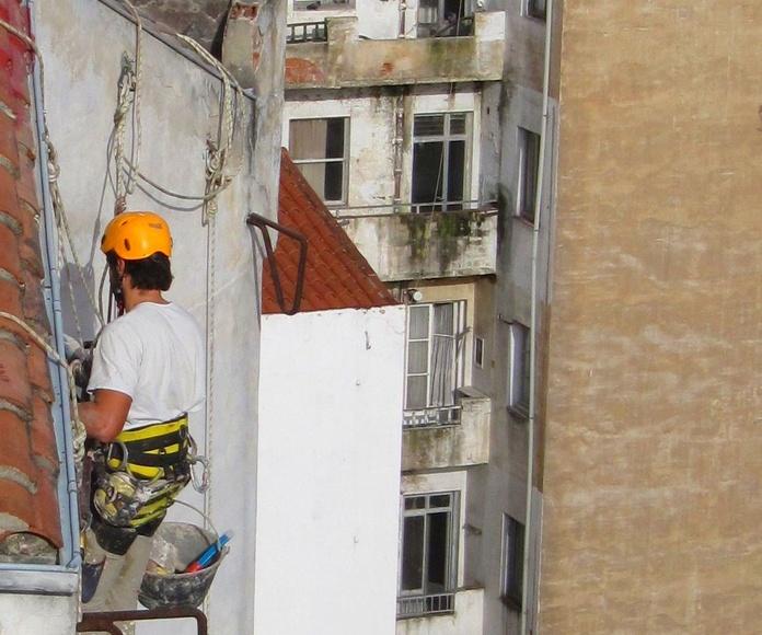 Trabajos verticales en torrelavega. Fachadas Cantabria mantenimiento y rehabilitación.