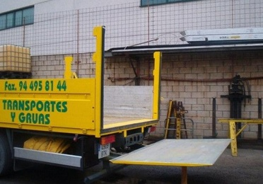 Camión grúa con plataforma