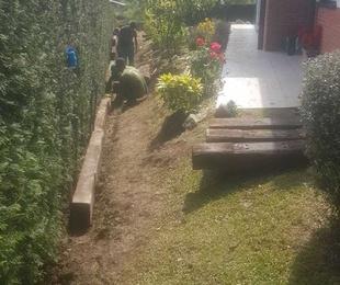 Nivelado del jardín con colocación de traviesas