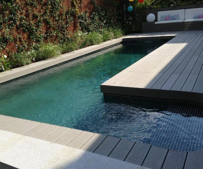 piscina de obra de 8x2.5 con gresite verde y contracorriente