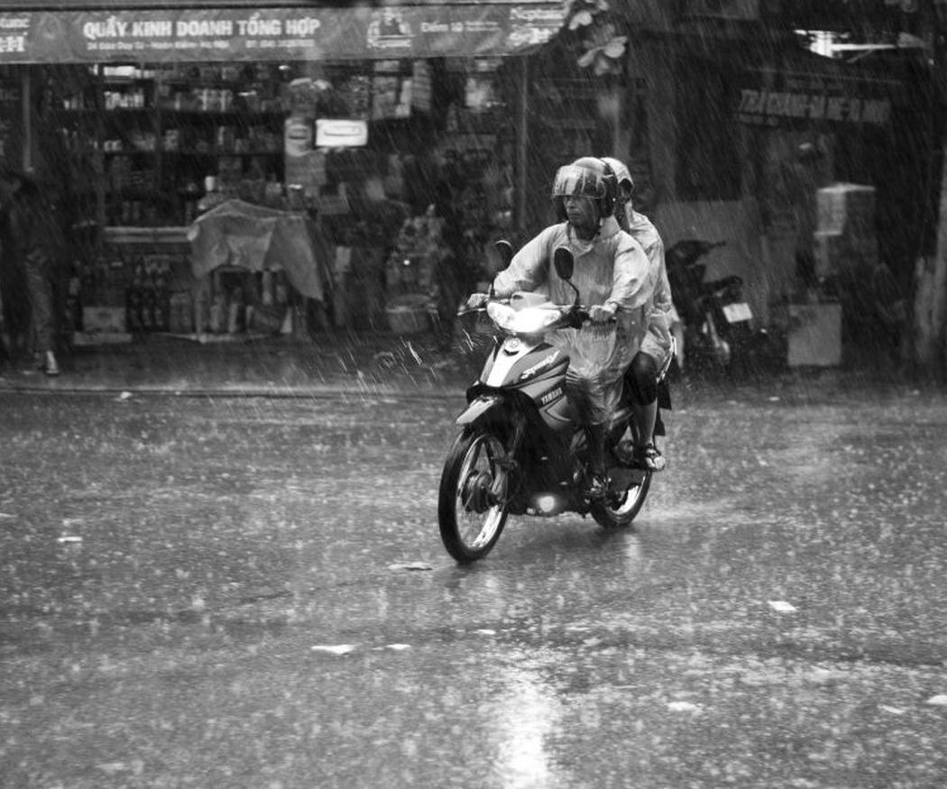 Consejos para conducir la moto cuando llueve
