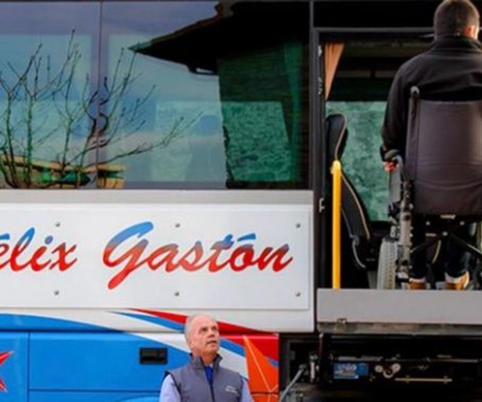 Transporte adaptado de personas con movilidad reducida.: Servicios de Autocares Félix Gastón