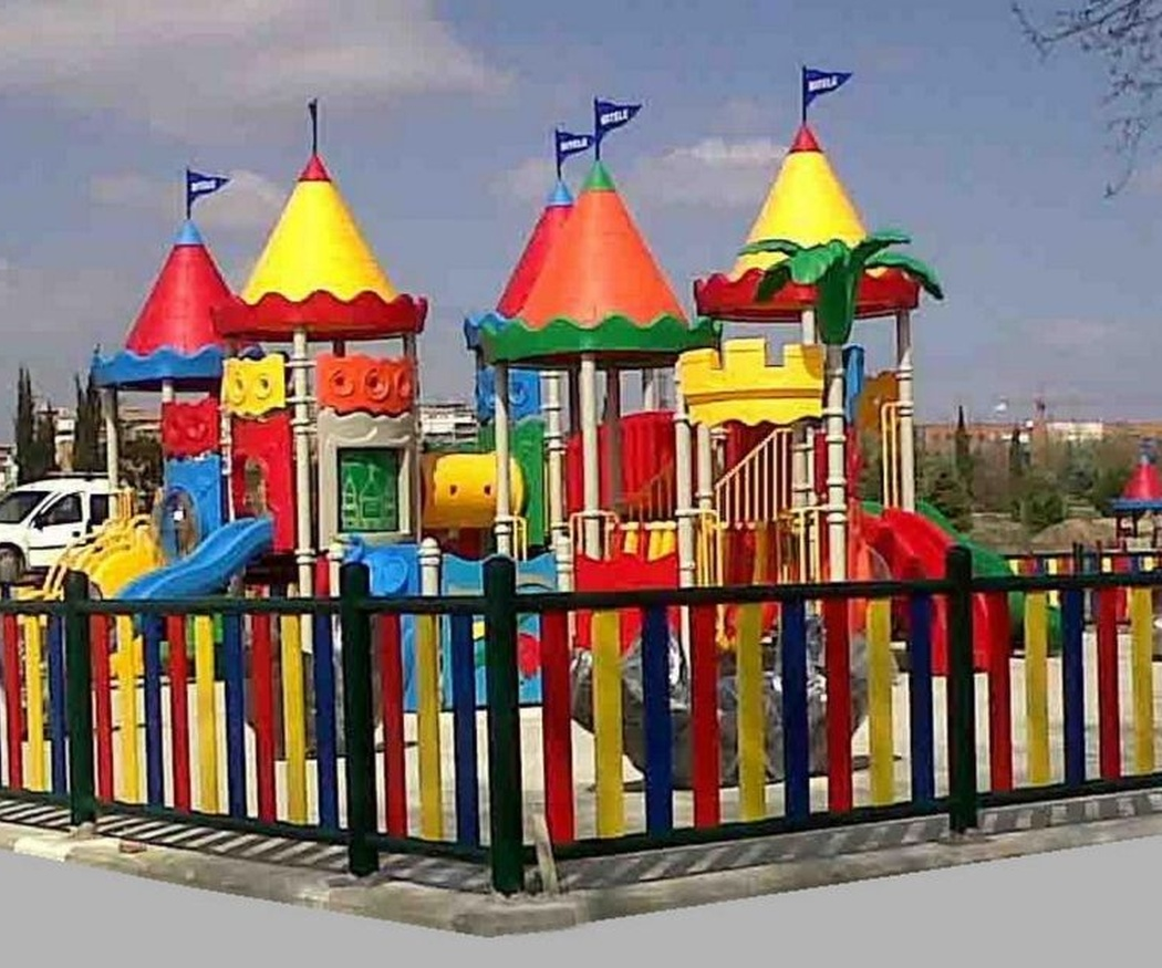La seguridad y las vallas de metal en los parques infantiles