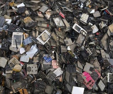 Los tres mordiscos de la obsolescencia programada al medioambiente