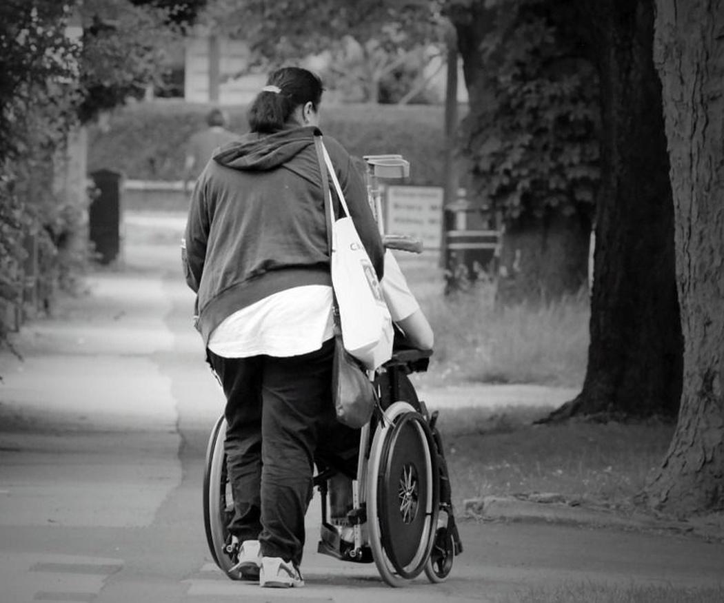 En silla de ruedas al parque