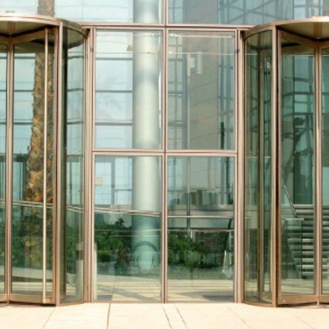 Usos de las puertas automáticas de cristal