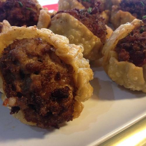 Bolas de carne Arrabiata fritas en pasta de empanadilla
