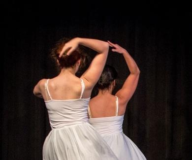 Ballet clásico juvenil y adultos de 18:50 a 19:50. Comienza hoy
