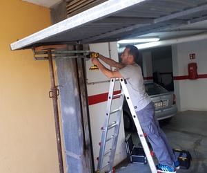 Cierre de puerta de garaje basculada.