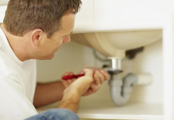 Reparación de tuberías en baño