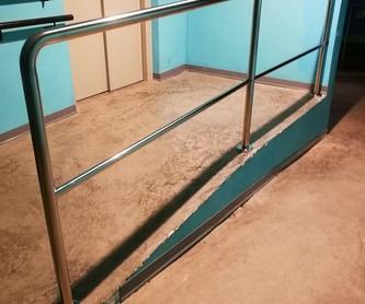 Ventana guillotina de acero inoxidable y vidrio montada para escaparate.: Catálogo de productos  de Icminox