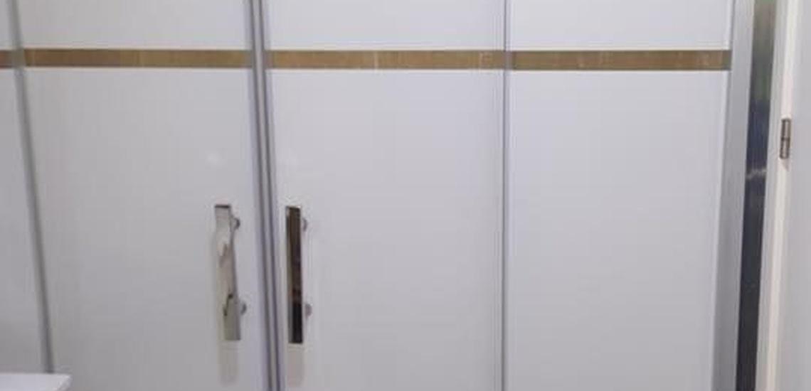 Mampara de ducha con una puerta fija y otra pivotante en Murcia