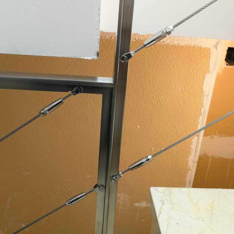 Barandilla adaptada a la forma de la escalera