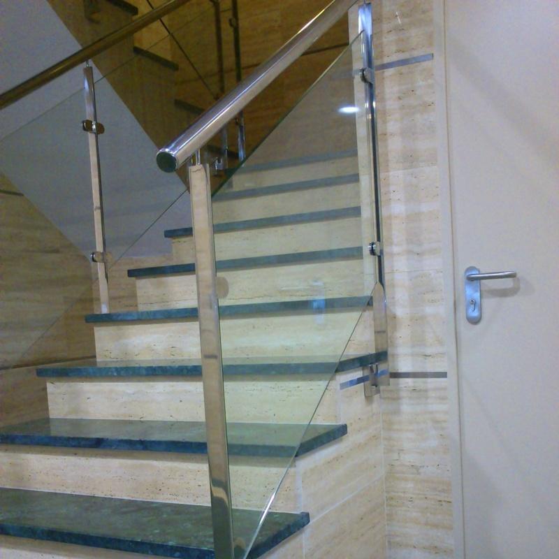 Barandilla de acero inoxidable y vidrio de seguridad montada en comunidad de propietarios